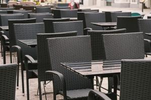 Cafe mit leeren Stühlen
